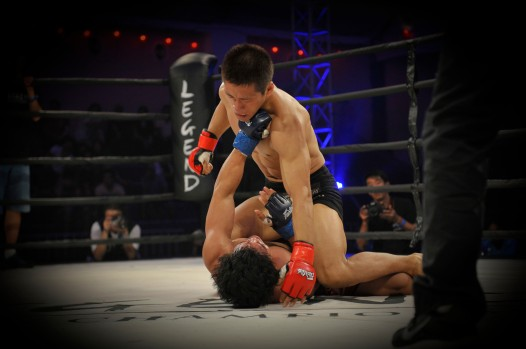 China's Ji Xian pounds on Filipino knock-out artist, Agustin Delarmino Jr and takes the Legend Bantamweight Championship title in the first round.